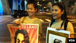 Para pendukung Suu Kyi, sambil membawa posternya, menunggu kedatangan Suu Kyi di bandara internasional Bangkok (29/5).