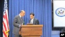 او آئی سی کے لیے امریکہ کے خصوصی مندوب رشاد حسین (دائیں) یو ایس پاک فاؤنڈیشن کے عرفان ملک کے ساتھ وائٹ ہاؤس میں ایک یوتھ کانفرنس کے دوران