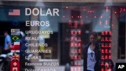 Casa de cambio en Buenos Aires, donde los controlos cambiarios que mantenía el gobierno han sido relajados.