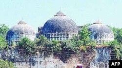 Đền thờ Babri được xây từ thế kỷ 16, bị những nhân vật tranh đấu Ấn Ðộ giáo phá hủy vào năm 1992
