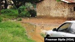 Des maisons dans le 3e arrondissements de Bangui, en Centrafrique, le 8 janvier 2016. (VOA/Freeman Sipila)