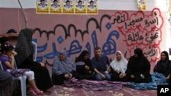 Uno de los presos palestinos liberados por Israel, Nehad Jondiya (al centro) tras su regreso al hogar con su familia en Gaza.