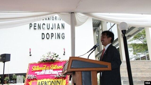 Menteri Negara Pemuda dan Olahraga Roy Suryo memberikan sambutan pada peresmian laboratorium uji doping di Institut Teknologi Bandung (ITB). (VOA/R. Teja Wulan)