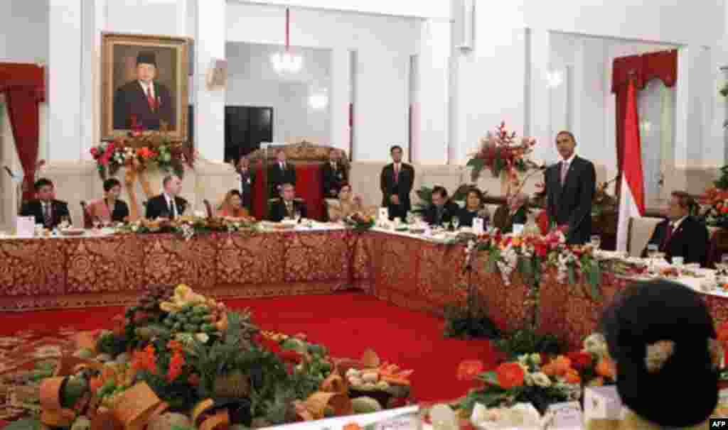 President Barack Obama speaks before offering a toast at the state dinner hosted by President Susilo Bambang Yudhoyono, right, at the Istana Negara in Jakarta, Indonesia, Tuesday, Nov. 9, 2010. (AP Photo/Charles Dharapak)