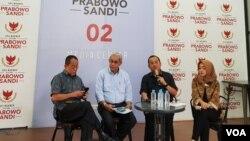 (ki-ka): Said Didu, Nicholay Aprilindo, Priyo Budi Santoso, Moderator, dalam konferensi pers, di Prabowo-Sandi Media Center, Jakarta, Senin (17/6). (foto: VOA/Ghita).