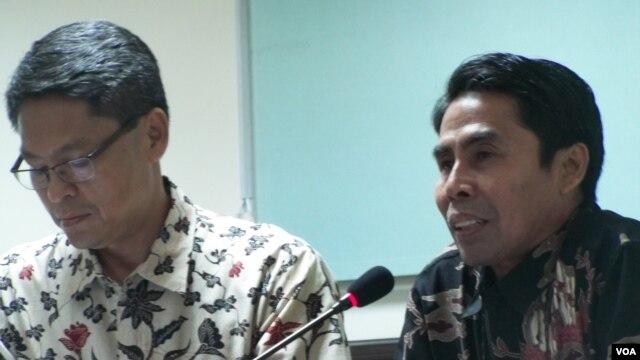 Kepala Pusat Meteorologi Publik BMKG, Prabowo (kiri) dan Deputi  Klimatologi BMKG, Widada Sulistya dalam jumpa pers di Jakarta, 10/1/2014 (Foto: VOA/ Iris Gera).