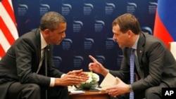 Tổng thống Obama và Tổng thống Nga Dmitry Medvedev trò chuyện trong cuộc họp song phương tại Hội nghị Thượng đỉnh An toàn Hạt nhân ở Seoul, Hàn Quốc, ngày 26/3/2012