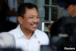 Dokter Terawan Agus Putranto (saat masih menjabat sebagai Menkes RI) memberikan keterangan kepada pers di bandara Halim Perdanakusuma. (Foto: dok).