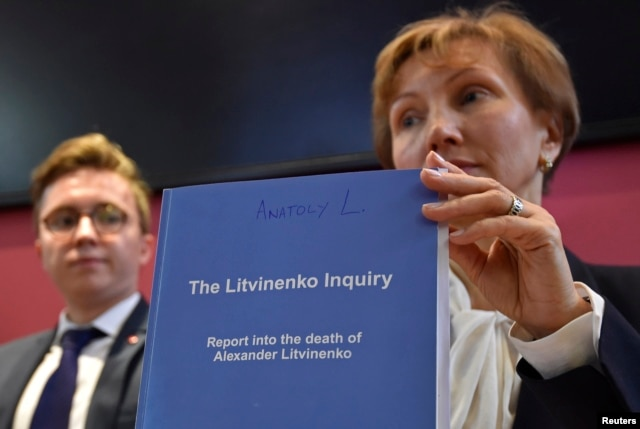Marina Litvinenko, (R) widow of murdered ex-KGB agent Alexander Litvinenko, poses with a copy of The Litvinenko Inquiry Report with her son Anatoly (L) during a news conference in London, Britain, Jan. 21, 2016.