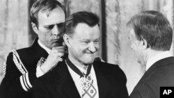 Zbignjev Bžežinski (us redini) prima Medalju slobode od predsednika Džimija Kartera na ceremoniji u Beloj kući 17. januara 1981.