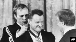 1981 წლის 17 იანვარს პრეზიდენტმა კაარტერმა ბზეზინსკის თავისუფლების მედალი გადასცა