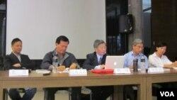 羅文嘉與王丹兩岸研究室與公共知識分子季刊舉辦十八大研討會 美國之音張佩芝攝