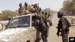 Des soldats camerounais fouillent des véhicules à la frontière entre le Cameroun et le Nigeria, 19 février 2015.