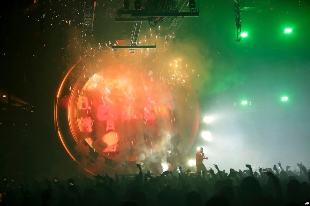 워싱턴 캐피탈원아레나 무대에서 힙합가수 트래비스 스콧이 공연을 하고 있다.