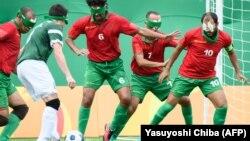 Le Marocain Ahmed Elazouzi tente d'arrêter le Brésilien Ricardinho lors de du match en cécifoot lors des Jeux Paralympiques de Rio 2016, au Brésil, le 9 septembre 2016.
