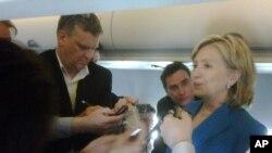 امریکی وزیرِ خارجہ خصوصی جہاز میں نامہ نگاروں کے سوالات کے جواب دیتے ہوئے
