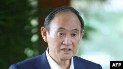 스가 요시히데 일본 총리가 28일 관저에서 취재진과 환담하고 있다.