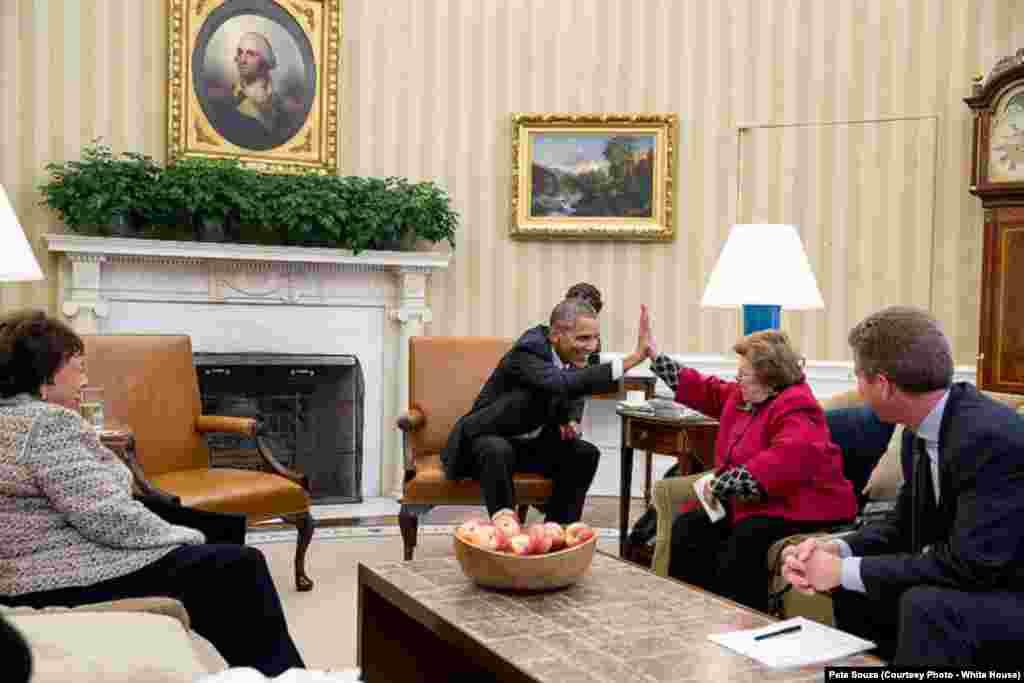 """Le président donne un """"have-five"""" à une sénatrice démocrate lors d'une réunion dans le bureau Oval, le 3 novembre 2015."""