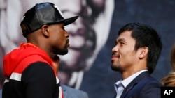 Floyd Mayweather Jr. (trái), và Manny Pacquiao tại cuộc họp báo hôm thứ Tư 29/4/2015, ở Las Vegas.