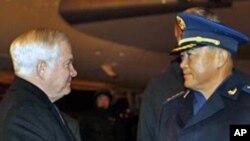 美国国防部长盖茨(左)在北京机场受到马晓天(中)付总参谋长的欢迎