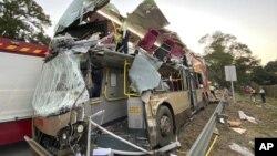 Polisi menyelidiki bus bertingkat yang hancur akibat kecelakaan di Fanling, Hong Kong, 18 Desember 2019. (TVB via AP)