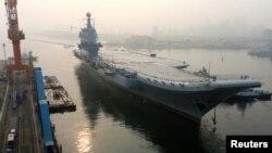 지난해 5월 랴오닝성 다롄에서 중국의 두 번째 국산 항공모함인 '산둥'호가 시험 항해를 나서고 있다.