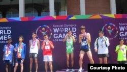 អត្តពលិកខ្មែរលោក ថៃ សុគន្ធីម បានទទួលមេដាយមាស ក្នុងវិញ្ញាសាររត់ចម្ងាយ ២០០ ម៉ែត្រផ្នែកបុរស នៅក្នុងការប្រកួតកីឡា Special Olympic ជាកីឡាដែលរៀបចំឡើងសម្រាប់អ្នកដែលមានបញ្ញាស្មារតីមិនសូវមាំមួននៅក្នុងទីក្រុងឡូសអាន់ជឺឡេស សហរដ្ឋអាមេរិក ពីថ្ងៃទី២៥ ខែកក្កដា ដល់ថ្ងៃទី២ ខែសីហាឆ្នាំ២០១៥ ។ (រូបថតផ្តល់ដោយគណៈប្រតិភូកីឡា Special Olympic)