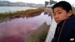 Um residente chinês à margem de um dos afluentes do Rio Amarelo na China