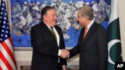 5일 이슬라마바드를 방문한 마이크 폼페오 미국 국무장관이 샤 메흐무드 파키스탄 외교장관과 회담에 앞서 악수하고 있다.