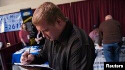 미국 노스다코다주에서 열린 고용박람회에서 입사지원 서류를 작성하고 있는 구직자. (자료사진)