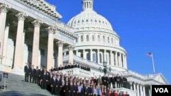 Članovi američkog Kongresa ispred zgrade Kongresa na Capitol Hillu u Washingtonu