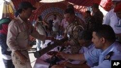 Một người Libya giao nạp vũ khí tại Quảng trường Tử đạo ở thủ đô Tripoli