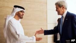 John Kerry est accueilli à Abou Dhabi par le prince Mohammed ben Zayed Al-Nahyane, 23 nov. 2015. (AP Photo/Jacquelyn Martin)
