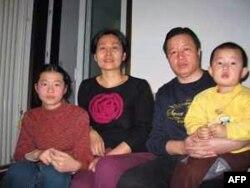 高智晟与妻子和孩子在一起(资料照片)