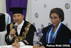 Rektor ITS Surabaya Joni Hermana memberikan keterangan pers terkait penganugerahan gelar kehormatan Doktor Honoris Causa kepada Menteri Kelautan dan Perikanan Susi Pudjiastuti.