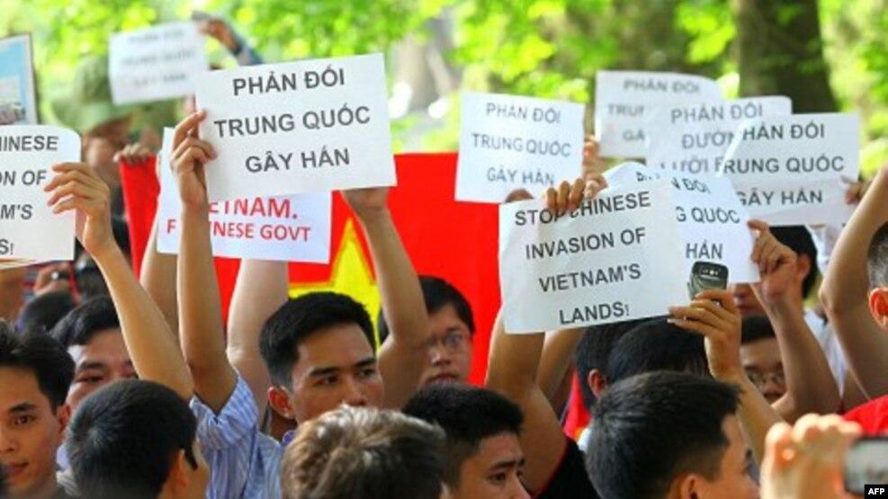 Người dân Việt Nam biểu tình chống Trung Quốc trước Đại sứ quán Trung Quốc ở Hà Nội, Việt Nam, 5/6/2011.