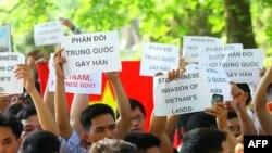 Người dân Việt Nam biểu tình chống Trung Quốc trước Đại sứ quán Trung Quốc tại Hà Nội, Việt Nam, ngày 5 tháng 6, 2011