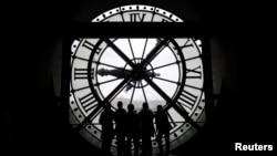 프랑스 파리의 옛 기차역에 설치된 거대한 시계를 관광객들이 구경하고 있다. (자료사진)