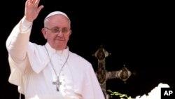 ပုပ္ရဟန္းမင္းႀကီး Francis စိန္႔ပီတာဘုရားေက်ာင္း လသာေဆာင္ကေန အီစတာ တနဂၤေႏြေန႔မွာ လူအမ်ားကို ႏႈတ္ဆက္ေနစဥ္။ (မတ္လ ၃၁ ရက္၊ ၂၀၁၃)။