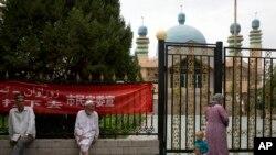 ویغور مسلمان شن جیانگ کی ایک مسجد کے باہر۔ نوجوان مسلمانوں کو داڑھی رکھنے کی اجازت نہیں ہے۔ فائل فوٹو