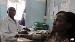 Likita ke duba matsayin lafiyar matar dake da 'ya'ya uku dake dauke da kwayar cutar HIV tun shekarar 2006 a dakin gwaji da duba maras lafiya.
