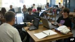 斯特恩斯高中学生上网查阅资料