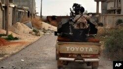 Ảnh tư liệu - Một người đàn ông trung thành với lực lượng quân đội Lybia tự chuẩn bị cho cuộc đụng độ với các tay súng của nhóm Nhà nước Hồi giáo ở phía tây Benghazi, Libya.