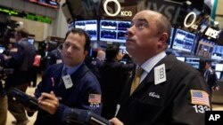 Các nhà giao dịch theo dõi chứng khoán tại sàn giao dịch New York. Thị trường chứng khoán Hoa Kỳ đã phục hồi với những chỉ số chính lên tới gần những mức cao nhất từ trước tới nay