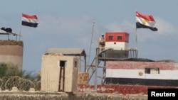 Seorang tentara Mesir tengah berjaga di sebuah pos penjagaan di perbatasan antara Mesir dan jalur Gaza (Foto: dok).