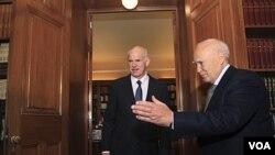 Presiden Yunani Karolos Papoulias (kanan) menyambut Perdana Menteri George Papandreou di kantornya di Istana Kepresidenan, Athena, Yunani, Sabtu (5/11).