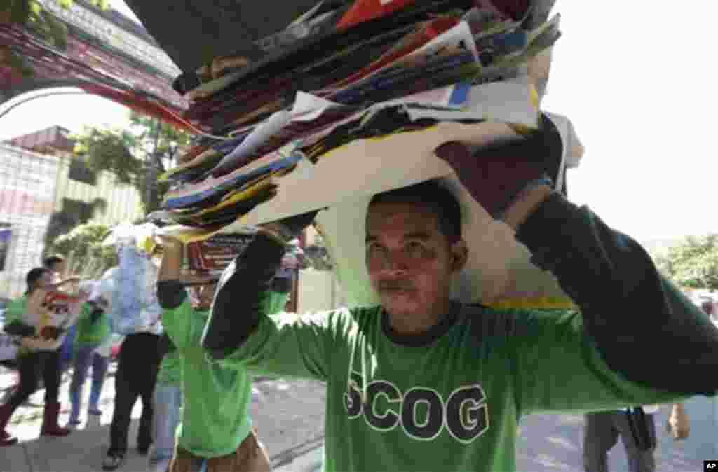 필리핀 총선 다음날인 14일 마닐라 북부 외곽지역에서 선거 포스트를 수거하는 정부 공무원.