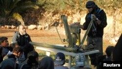 آموزش استفاده از سلاح ضد تانک توسط یک رهنمای اردوی آزاد سوریه