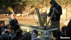 Сирійські повстанці навчаються, як користуватися протитанковою і протиповітряною зброєю