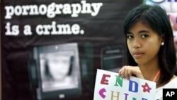 Seorang gadis di Manila, Filipina membawa poster anti pornografi anak-anak dalam sebuah forum. (Foto: Dok)